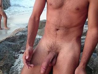 Turista Gozador Punhetando e gozando na praia de nudismo